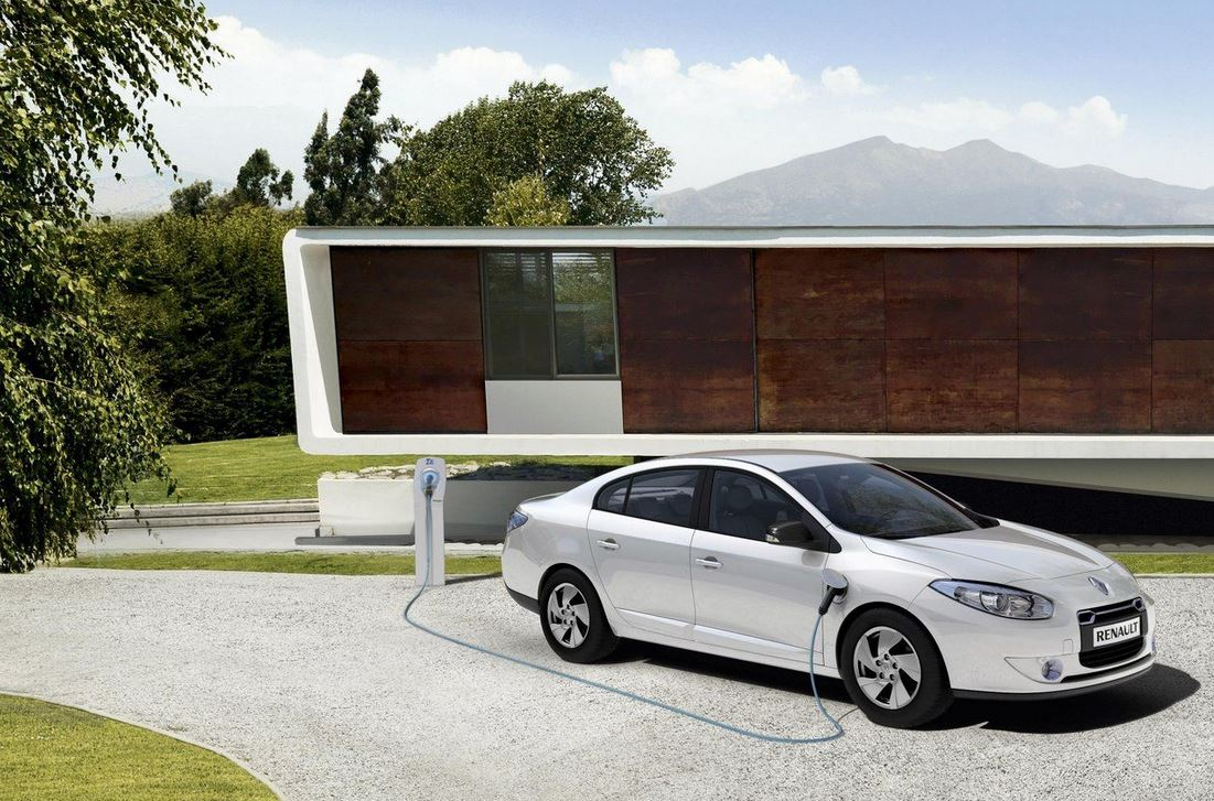 Электрический белый седан Renault Fluence
