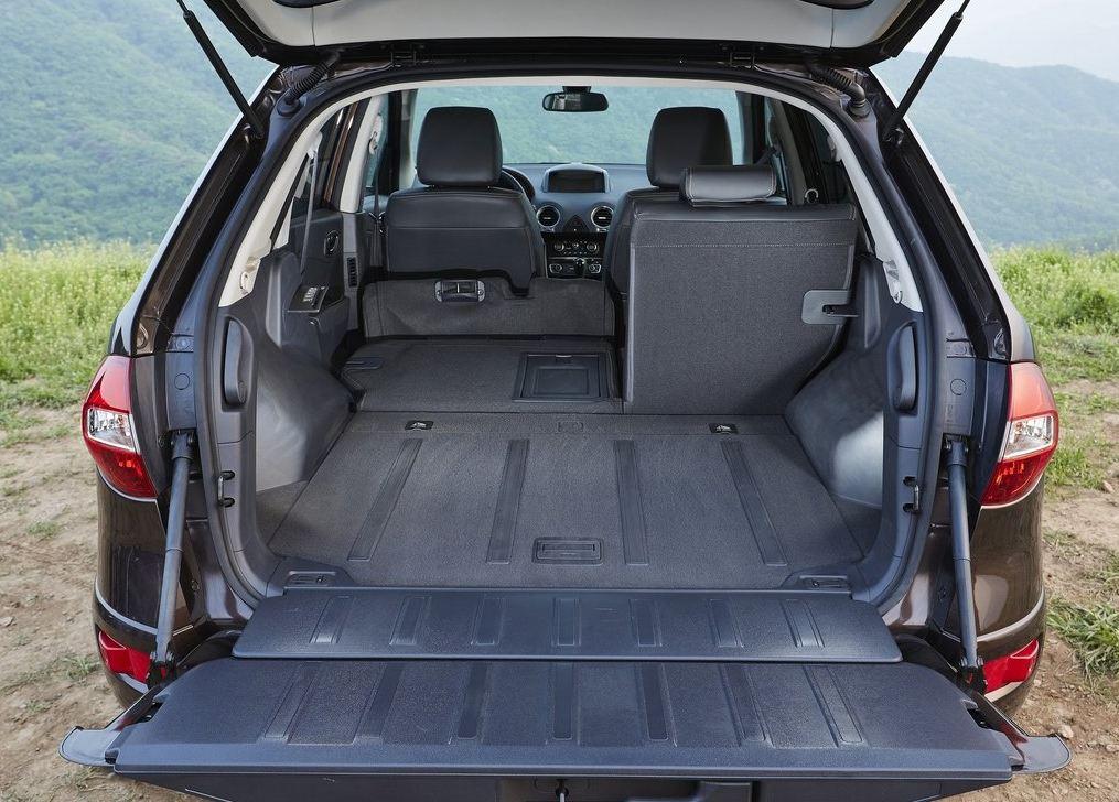 Огромный объем заднего багажника со сложенными сиденьями Рено Колеос