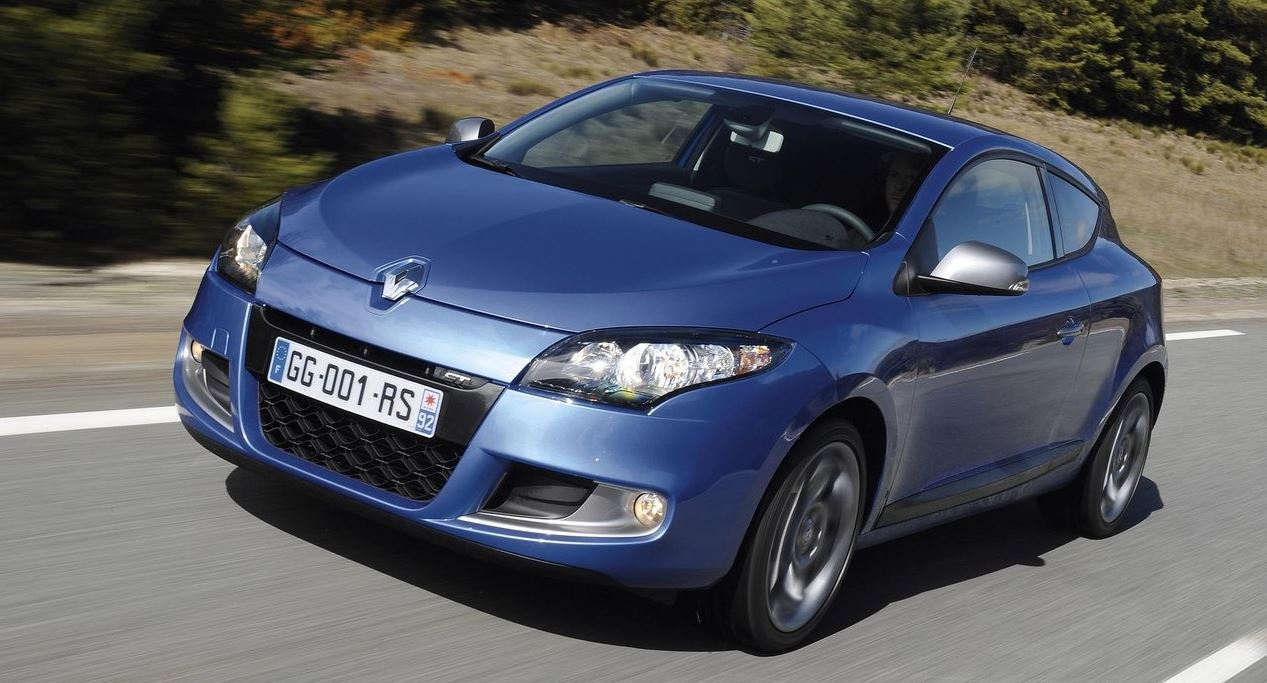 Синий Renault Megane Coupe на скорости вид спереди