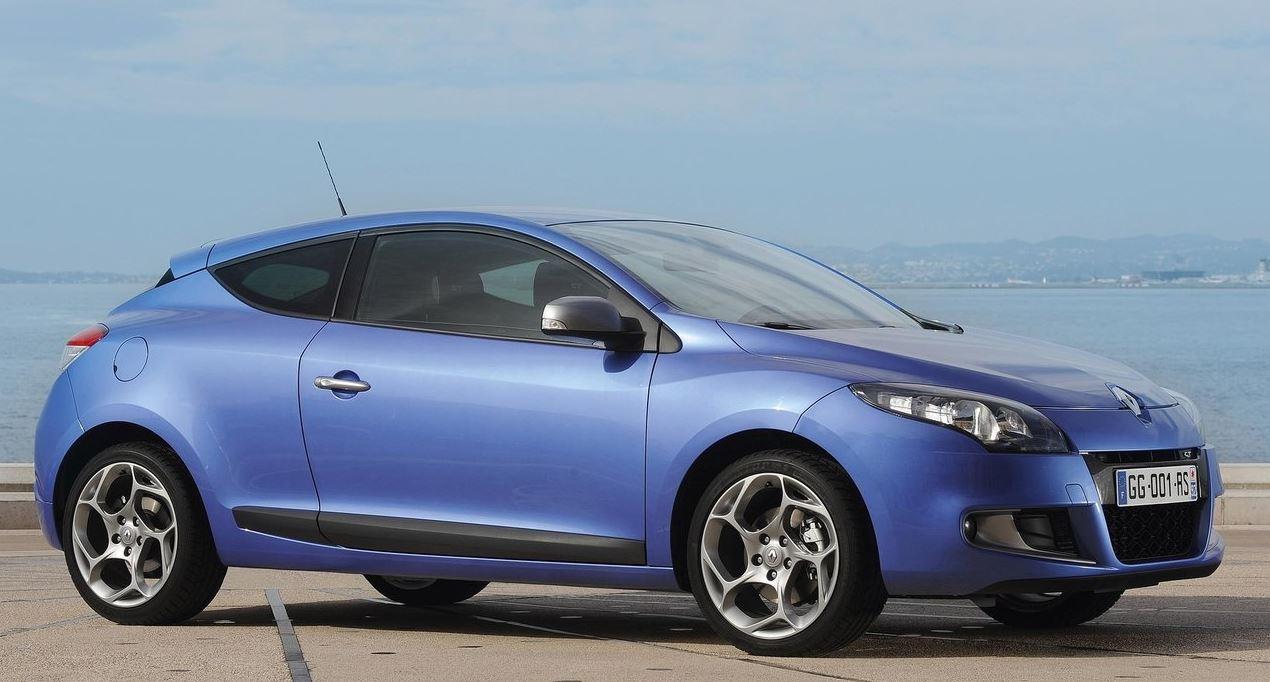 Плавные формы дизайна синего Renault Megane Coupe вид сбоку