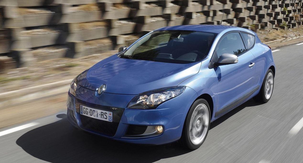 Современный дизайн и стиль Renault Megane Coupe на дороге