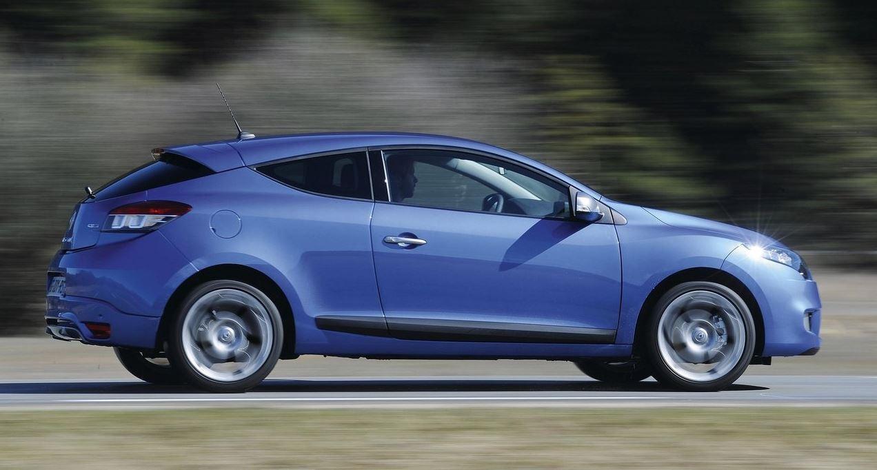 Синий Renault Megane Coupe на скорости вид сбоку