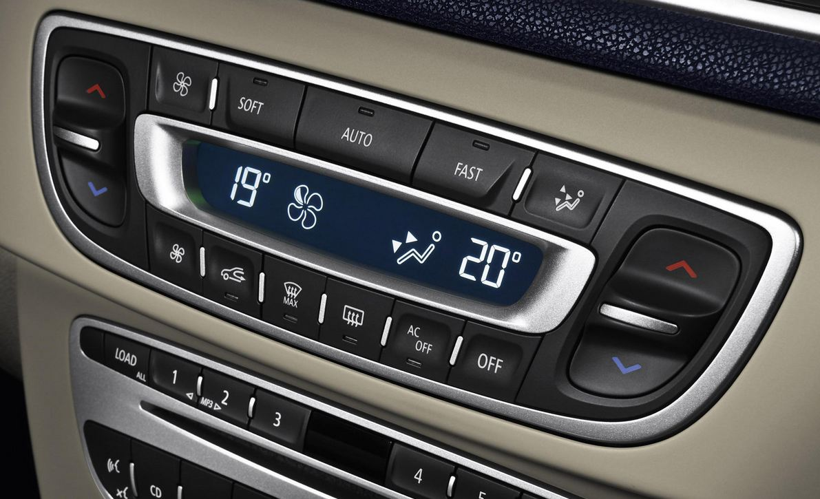 Передняя панель цвета беж, блок управления, красота и грация Renault Megane Coupe