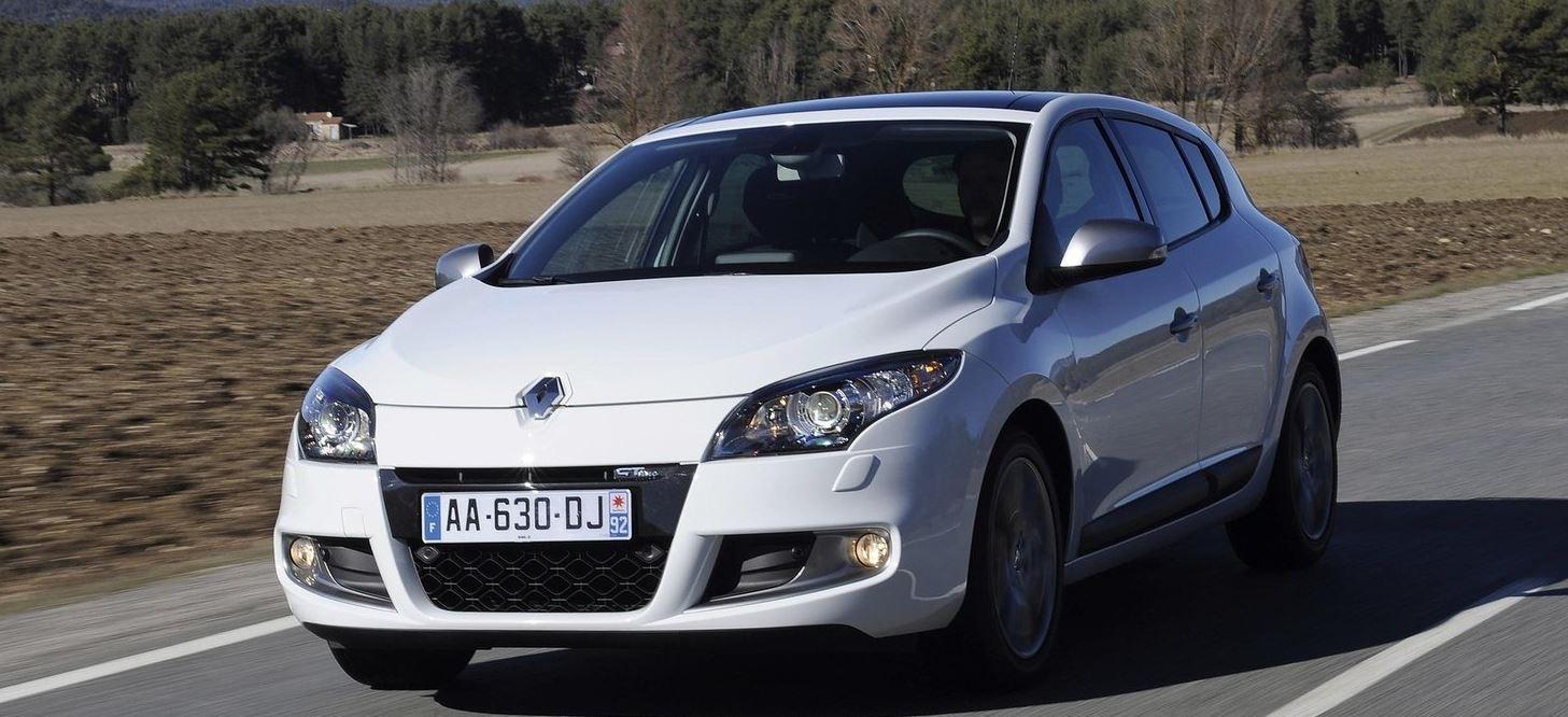 Белый хэтчбек Renault Megane, вид спереди