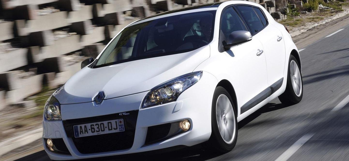 Белый Renault Megane Hatchback на скорости