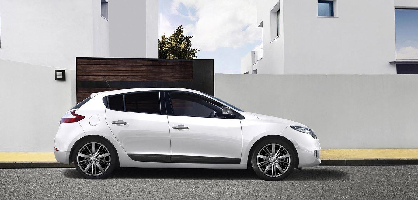 Белый 5-дверный Renault Megane Hatchback вид сбоку