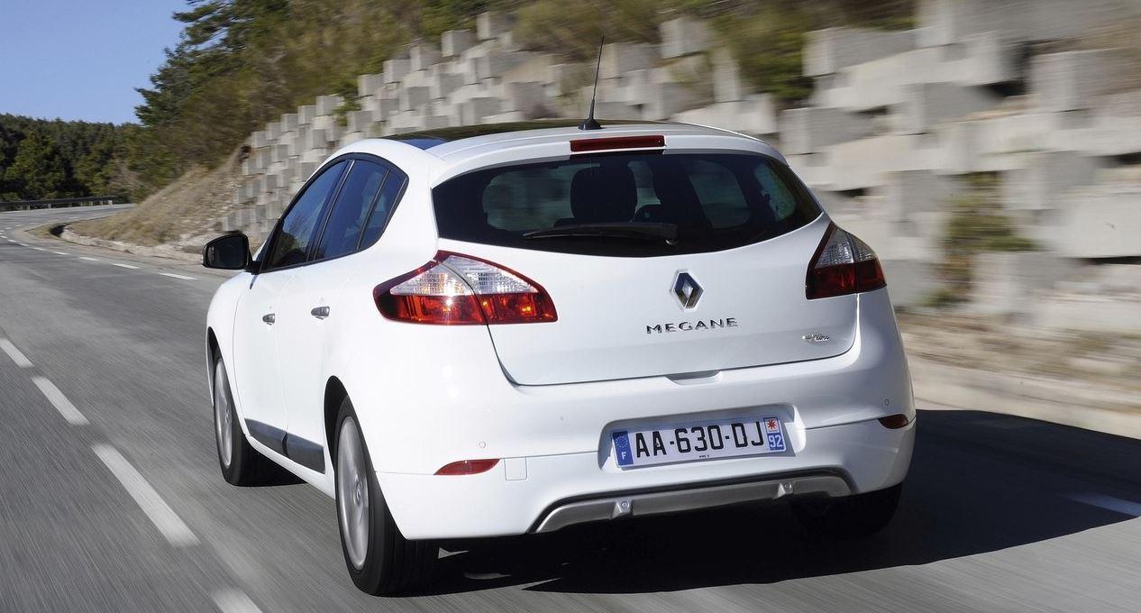 Белый 5-дверный Renault Megane Hatchback задние фонари вид сзади