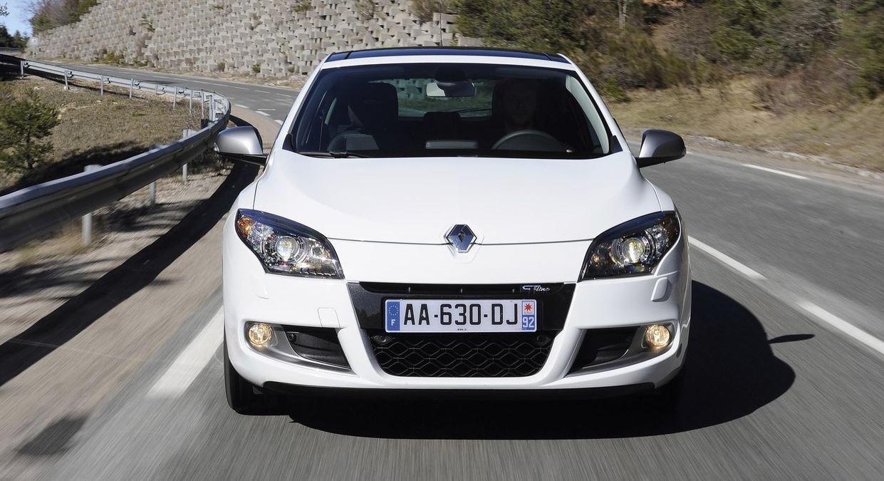 Белый красавец хэтчбек Renault Megane 5 дверей вид спереди