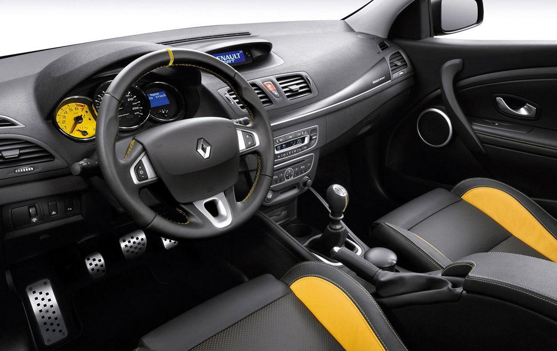Салон внутри Рено Меган RS Спорт с желтыми вставками