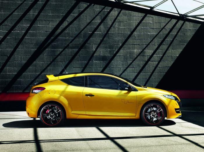 Низкопрофильные шины у желтого Рено Меган RS Спорт вид сбоку