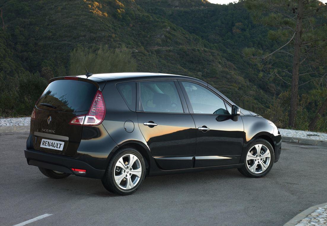 На горной дороге черный Renault Scenic III