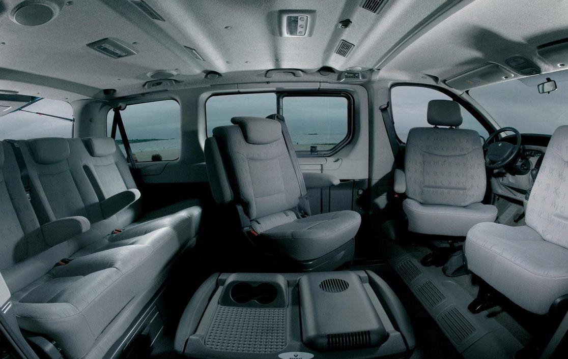 Семейный автомобиль для дальних путешествий Рено Трафик