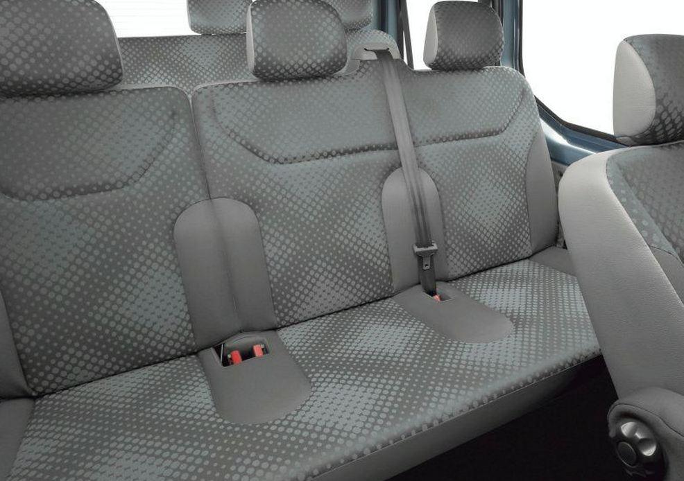 Задний ряд сидений пассажирского Рено Трафик