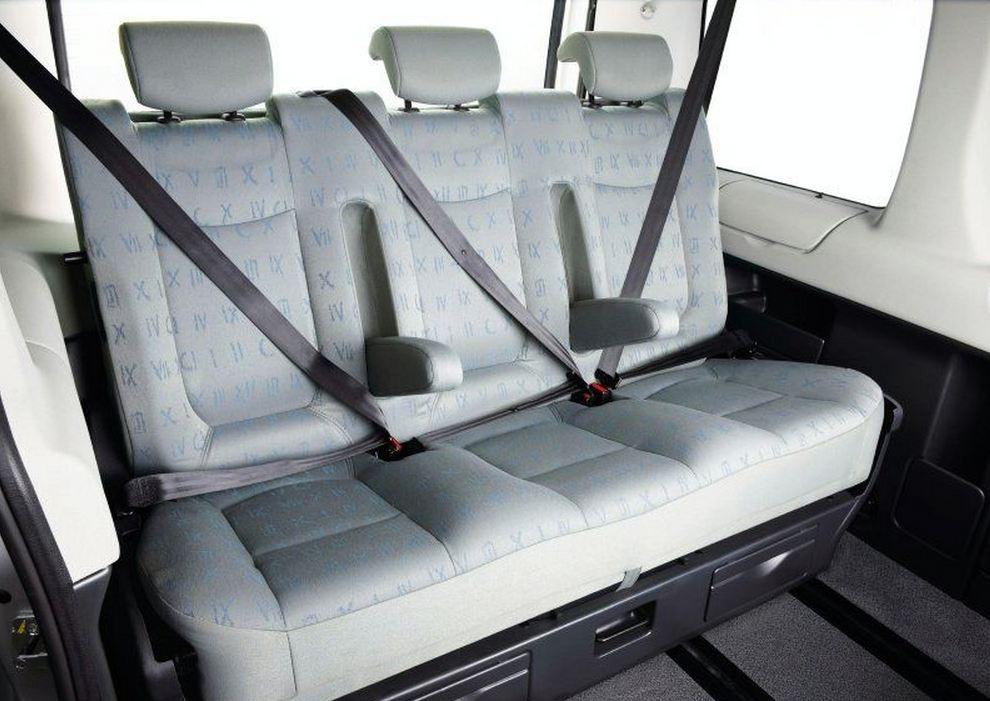 Светлая обивка задних сидений Рено Трафик ремни безопасности у каждого пассажира